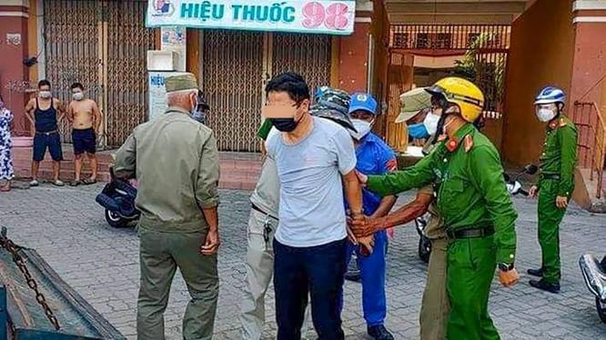 Ông Trần V. - Phó Chánh Văn phòng Đoàn ĐBQH-HĐND TP Đà Nẵng bị lực lượng công an còng tay áp giải hôm ngày 1/8 gây xôn xao dư luận (ảnh bạn đọc cung cấp)