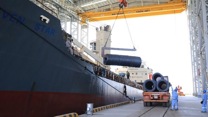 Xuất hàng Thép Hòa Phát tại cảng Dung Quất Hòa Phát (Nguồn: HPG)