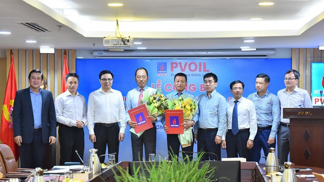 Lãnh đạo PVN và HĐQT PVOil trao quyết định và chúc mừng Chủ tịch HĐQT, TGĐ PVOil (Nguồn: PVOil)