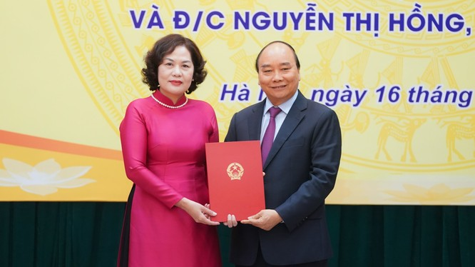 Thủ tướng Nguyễn Xuân Phúc trao Quyết định cho tân Thống đốc Ngân hàng Nhà nước Nguyễn Thị Hồng (Nguồn: VGP)