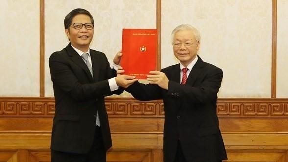 Tổng Bí thư, Chủ tịch nước Nguyễn Phú Trọng trao quyết định của Bộ Chính trị phân công đồng chí Trần Tuấn Anh giữ chức Trưởng Ban Kinh tế Trung ương (Nguồn: VGP)
