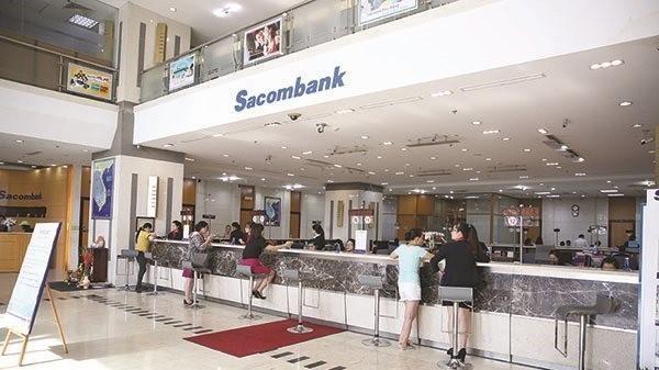 Khách hàng giao dịch tại Sacombank. Ảnh: Thành Hoa