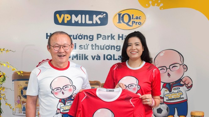 Bà Nguyễn Thị Thu Phương - Chủ tịch HĐQT VPMilk và huấn luyện viên Park Hang-seo (Nguồn: VPMilk)