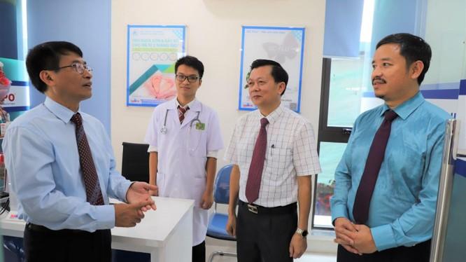 Dược sĩ Nguyễn Bình Minh (ngoài cùng bên phải) - Chủ tịch Tập đoàn y tế AMV Group (Ảnh: CDC Quảng Ninh)