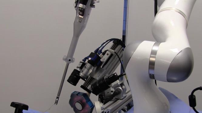 Robot đang chứng tỏ khả năng phẫu thuật tài tình (ảnh: BGR)