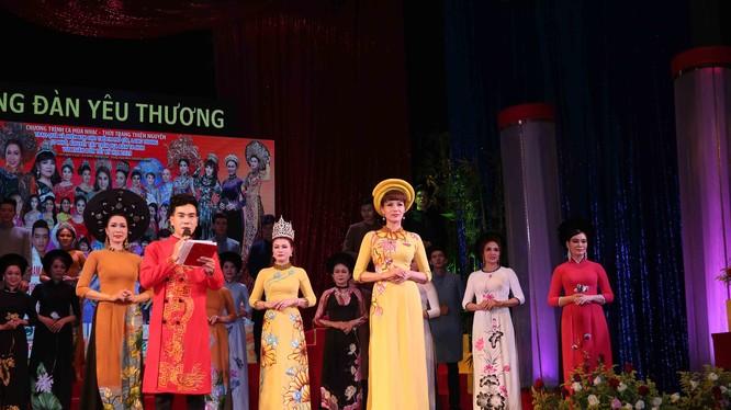 """Bộ sưu tập """"Đại sứ áo dài"""" của NTK Việt Hùng được các hoa hậu, á hậu, người mẫu trình diễn trong đêm """"Cung đàn yêu thương"""""""