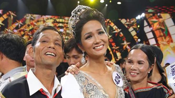 Hoa hậu H'hen Niê và cha mẹ trong niềm vui đăng quang hồi 2017. (Nguồn: FBNV)