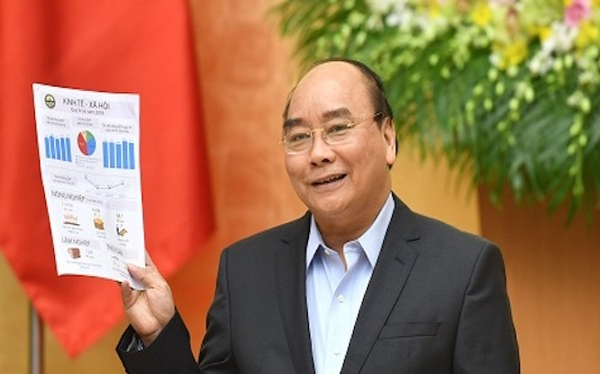 Thủ tướng Chính phủ Nguyễn Xuân Phúc vui mừng thông tin về con số tăng trưởng GDP năm 2018 đạt 7,08% (Ảnh: VGP)