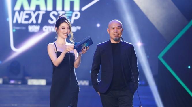 Diễm My 9X cùng nhạc sĩ Huy Tuấn trao giải ca khúc được yêu thích nhất trên radio