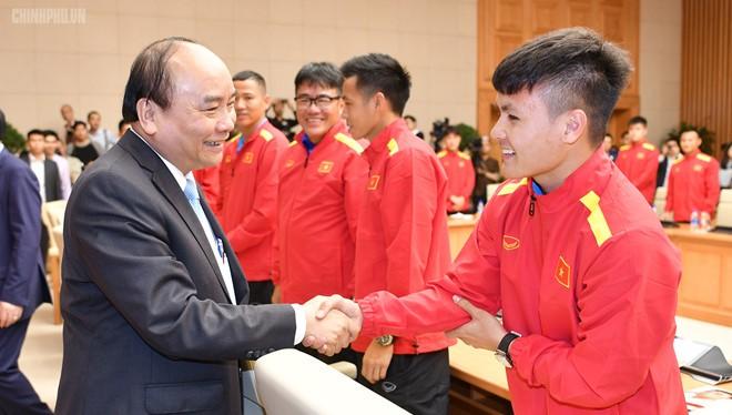 Thủ tướng Nguyễn Xuân Phúc khen ngợi đội tuyển Việt Nam (Ảnh: Chinhphu.vn)