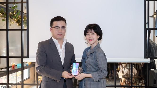 Ông Simon Xu, chủ tịch HONOR Vietnam và diễn viên Trần Hà Quỳnh Anh tại buổi lễ ra mắt Lite 10.