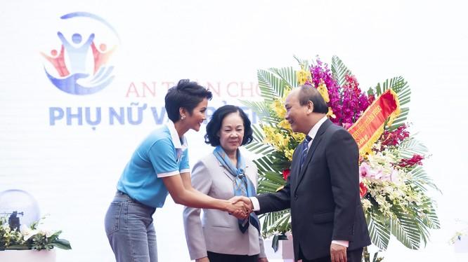 H' Hen Niê bắt tay Thủ tướng Nguyễn Xuân Phúc tại buổi lễ kêu gọi hành động vì phụ nữ và trẻ em gái