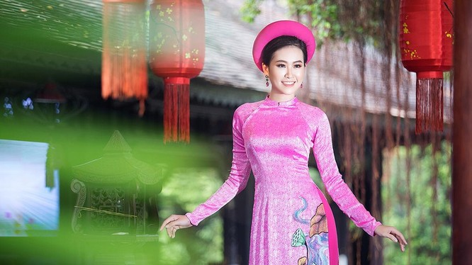 Trần Đình Thạch Thảo - Á hậu Phụ nữ Việt Nam 2017 xinh lung linh trong các mẫu áo dài của nhà thiết kế Việt Hùng