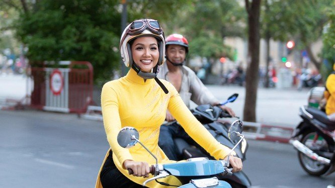 H' Hen Niê bất ngờ quyết đinh tự chạy xe máy trên đường phố thay vì đi xe hơi riêng