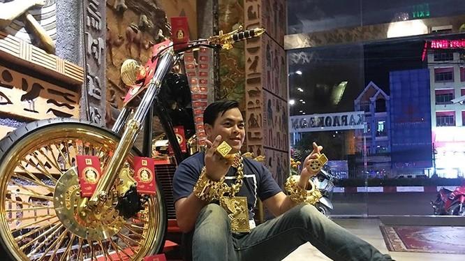 """Xuất hiện trên mạng, được gọi là """"người đeo nhiều vàng nhất Việt Nam"""", Phúc XO vừa bị bắt vì cung cấp ma túy"""