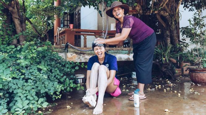Hoa hậu H'Hen Niê cười sung sướng được mẹ tắm gội
