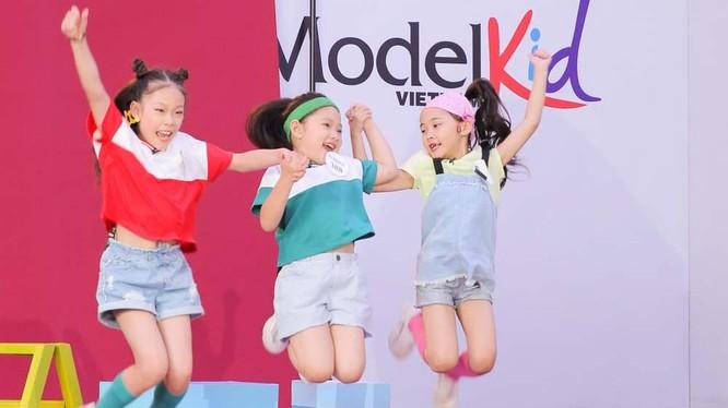 Bé Nguyễn Khánh Vân (con gái của cựu danh thủ Nguyễn Hồng Sơn) trong phần chụp hình cùng nhóm bạn