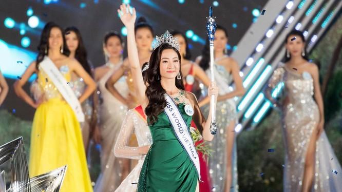 Hoa hậu Lương Thùy Linh vừa đăng quang đã vướng tin đồn mua giải do có mẹ giữ chức vụ cao tại Kho bạc Nhà nước tỉnh Cao Bằng