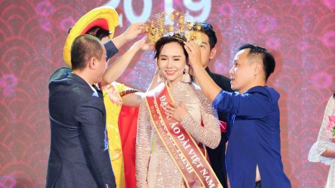 NTK Việt Hùng - Trưởng BTC chương trình trao vương miện cho Trương An Xinh, quán quân Đại sứ Áo dài 2019 bảng Quý bà