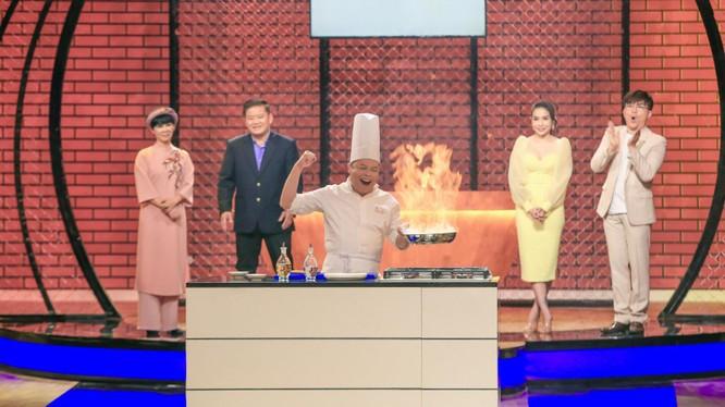 Giám khảo đang tạo lửa thị phạm, chef Jack Lee khiến người xem tròn mắt vì trình độ bậc thầy