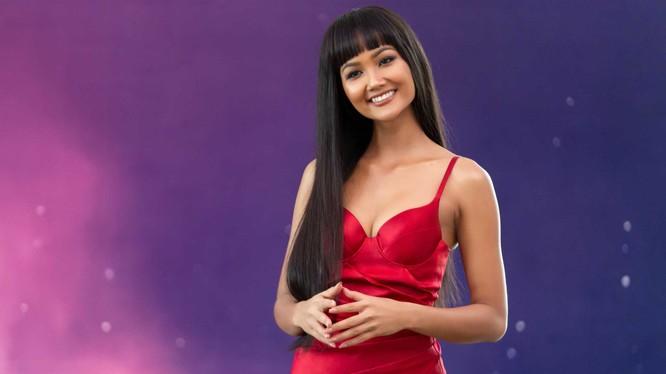 Hoa hậu H'Hen Niê với mái tóc rất dài nhưng vẫn nổi bật cá tính