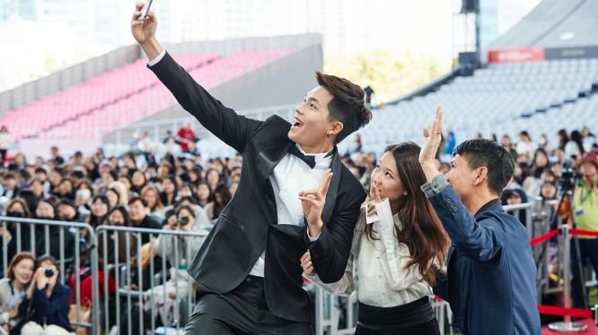 Quốc Anh cùng đoàn phim giao lưu, hút hồn fan Hàn tại LHP Busan