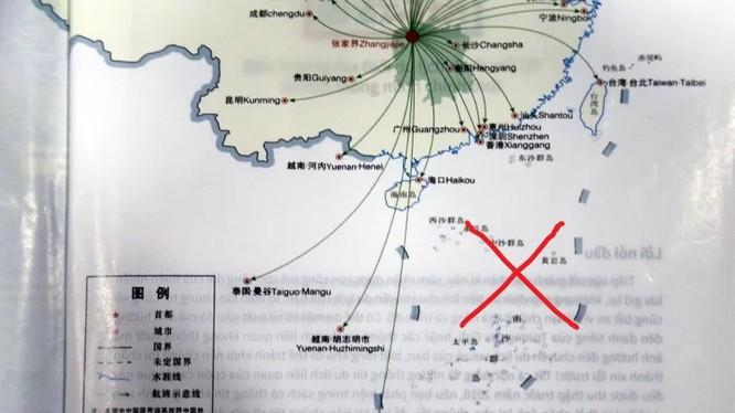 """Bản đồ đường bay sân bay quốc tế Hà Hoa, kèm theo đó là hình ảnh """"đường lưỡi bò"""" ở biển Đông trong cẩm nang du lịch"""