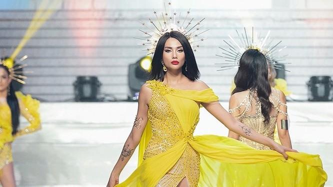 """Siêu mẫu Võ Hoàng Yến đã thể hiện màn catwalk thần sầu cùng thần thái đỉnh cao đúng chuẩn """"Người mẫu của năm"""""""