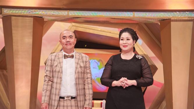 NSND Hồng Vân và MC Quốc Thuận chỉ có thể lắc đầu vì tính ghen kinh người của vợ diễn viên Lê Nam