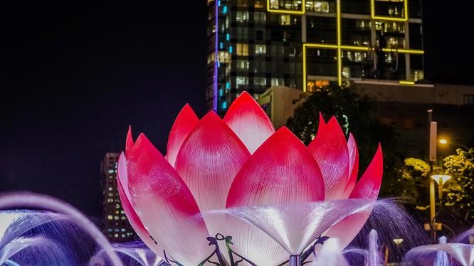 Đài phun nước với hình tượng chính là nụ hoa sen, gần Công viên tượng đài Chủ tịch Hồ Chí Minh