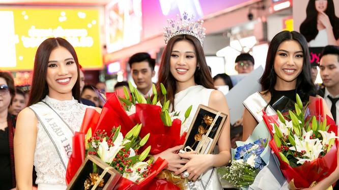 Hoa hậu Khánh Vân, Á hậu Kim Duyên và Á hậu Thúy Vân đã trở về TP.HCM
