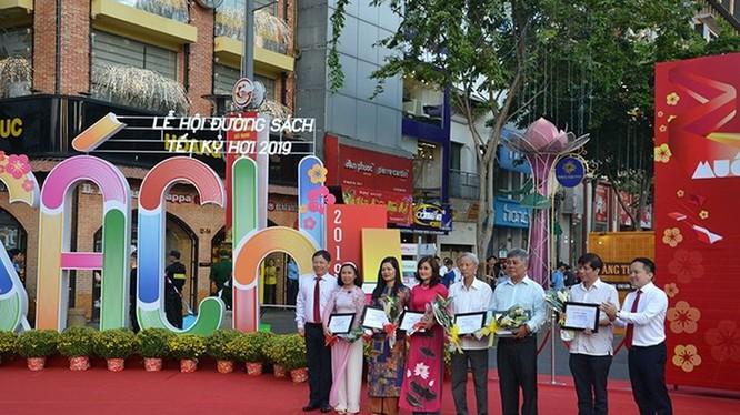 Lãnh đạo TP.HCM cắt băng khai mạc Lễ hội đường sách Tết Kỷ Hợi 2019
