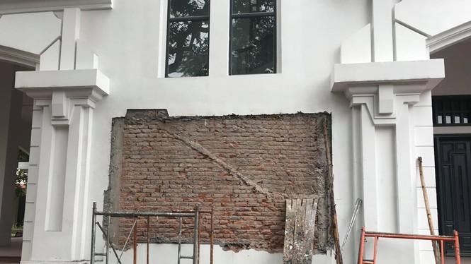Phù điêu có hình thầy Hiệu trưởng đã bị gỡ khỏi bức tường - Ảnh Nguyên Khánh