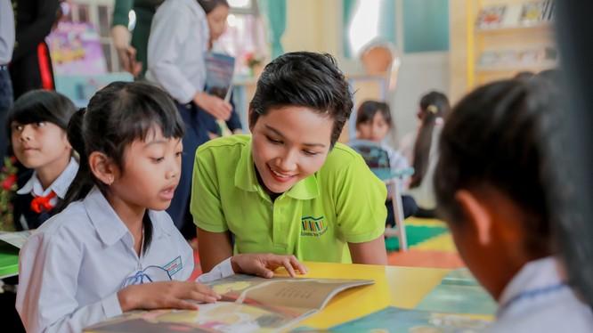 Hoa hậu H'Hen Niê ở thư viện Room to Read Lâm Đồng