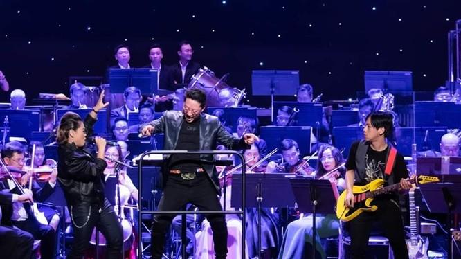 Nhạc trưởng Lê Phi Phi và các ca sĩ hát rock trình diễn Rock Symphony cuốn hút khán giả