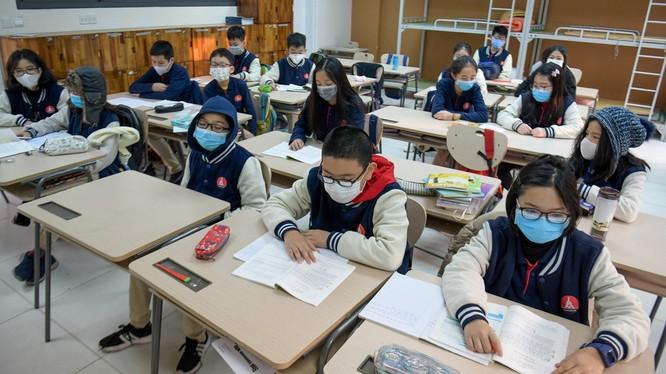 Học sinh phải mang khẩu trang trong lớp học ở Hà Nội (Nguồn ảnh: Zing News)