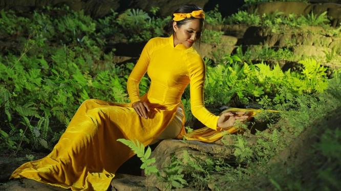 Loạt ảnh siêu đẹp của Hoa hậu H'Hen Niê trong hang Sơn Đoòng trước khi đại dịch Corona hoành hành