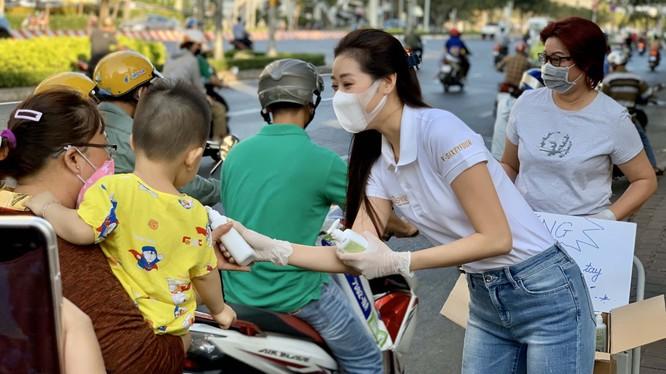 Cử chỉ đẹp của Hoa hậu Khánh Vân gửi tặng 200 chai nước rửa tay sát khuẩn cho người dân