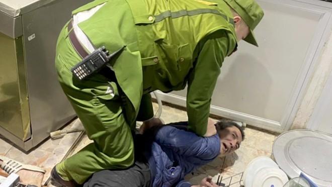 Cảnh sát khống chế, bắt giữ nghi phạm sát hại NSƯT Vũ Mạnh Dũng tại hiện trường (Ảnh: Cơ quan Công an cung cấp)