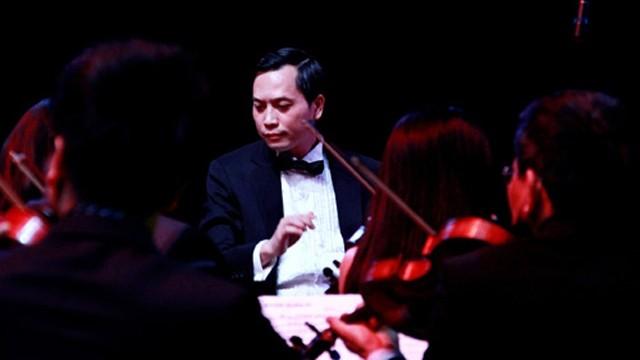 Nhạc sĩ, chỉ huy Doãn Nguyên báo cáo về trường hợp ca sĩ Bùi Lê M ngồi gần bệnh nhân số 21 (Ảnh: ND)