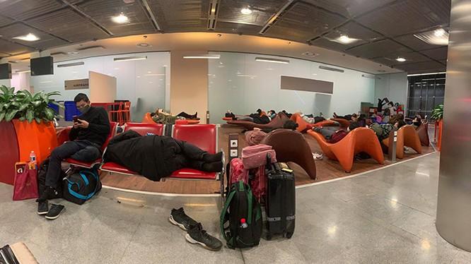 Tấm ảnh ít ỏi mà các du học sinh Việt gửi về cho gia đình khi bị mắc kẹt tại sân bay CDG Paris, Pháp (Ảnh: NVCC)