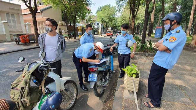 TPHCM 2.482 người ra đường không mang khẩu trang, thu 496 triệu đồng (Ảnh: Kim Quy)