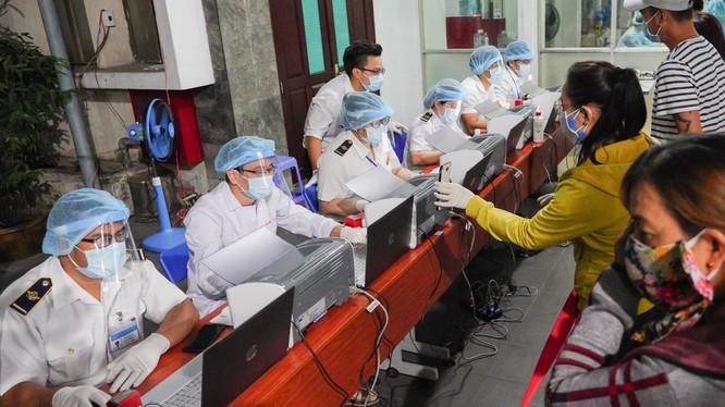 Lấy mẫu xét nghiệm hành khách tại ga Sài Gòn sáng 11/4 (Ảnh: Chí Bình)