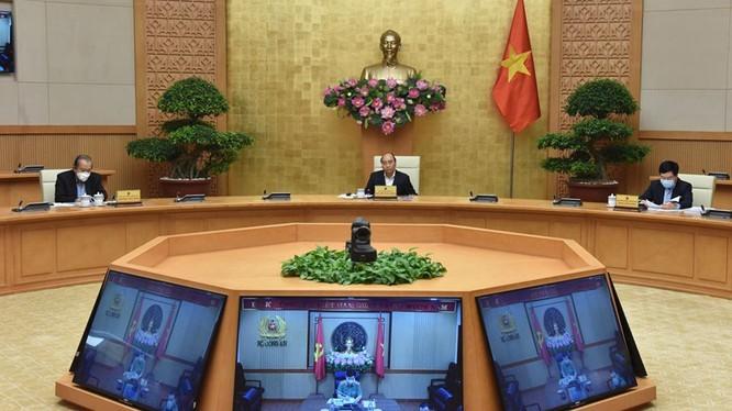 Thủ tướng chủ trì họp Thường trực Chính phủ chiều 13/4. Tại phiên họp, TP.HCM kiến nghị kéo dài thời gian giãn cách xã hội đến 30/4 (Ảnh VGP)