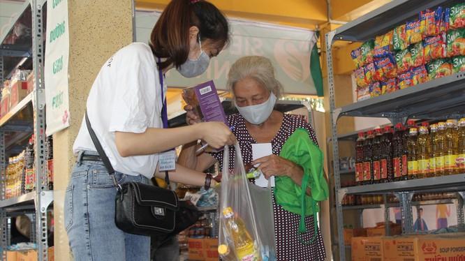 Tình nguyện viên ở Siêu thị hạnh phúc 0 đồng mang đồ giúp người nghèo (Ảnh: Chân Tâm)