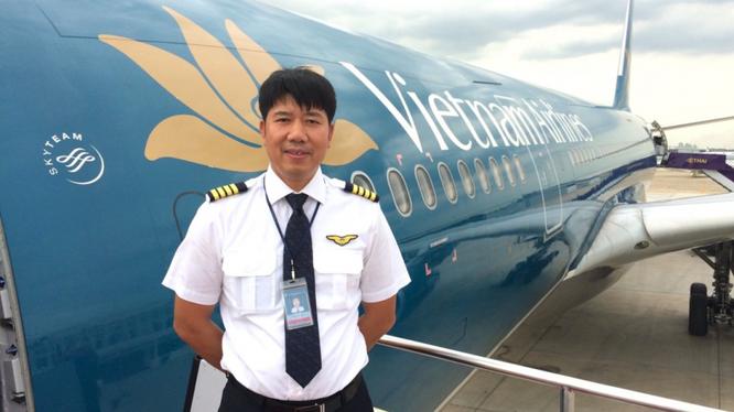 Cơ trưởng Phạm Đình Hưng sáng nay đã rời sân bay Nội Bài đi Bata (Guinea Xích đạo) đón 219 người Việt hồi hương, trong đó có 129 người nhiễm COVID-19 (Ảnh: báo Giao thông)