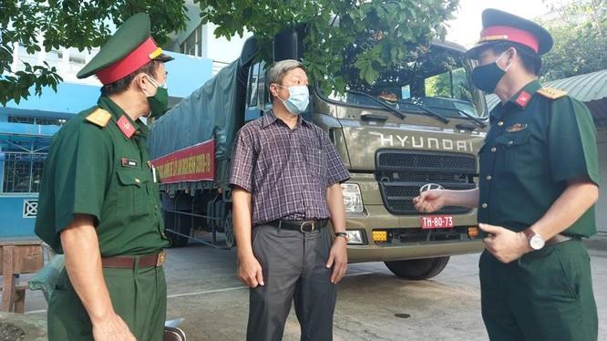 Thứ trưởng Bộ Y tế Nguyễn Trường Sơn đã đi kiểm tra công tác tiếp nhận, sắp xếp kho tiền phương phòng chống dịch COVID-19 khu vực miền Trung (Ảnh: Anh Văn)