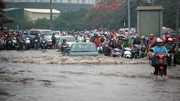 Bạn đã cài ứng dụng thông minh cảnh báo các tuyến đường ngập lụt thường xuyên xảy ra tại Hà Nội khi mưa lớn kéo dài? (Ảnh: DT)