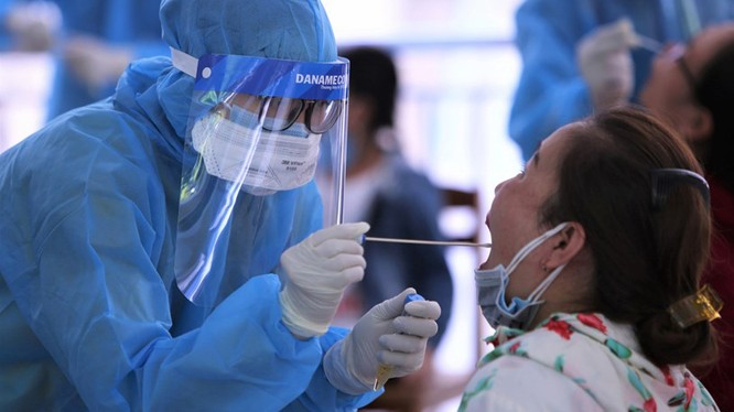 Lấy mẫu xét nghiệm cho các du khách bị mắc kẹt lại TP Đà Nẵng trong giãn cách xã hội trước khi đưa họ trở về TP HCM (Ảnh: BV)