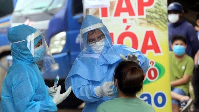 Lấy mẫu xét nghiệm COVID-19 tại Đà Nẵng (Ảnh: VH)